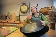 Verena Gisler am «Hang», einem von über 100 Instrumenten ihres Ateliers. (Bild: Urs Hanhart (Altdorf, 20.11.2017))