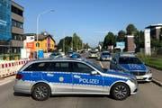 Die Polizei sperrt die Zufahrt zum Nachtclub «Grey» ab. (Bild: EPA/Oliver Hanser)