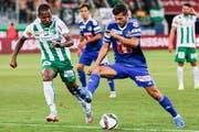 Gibt sich kämpferisch: FCL-Mittelfeldspieler Remo Freuler (rechts) gegen den St. Galler Everton Luiz. (Bild: Keystone/Alexandra Wey)