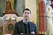 Mike Bacher, einer der Autoren, an der Vernissage des Hefts in der Klosterkirche. (Bild: Beat Christen/PD (Engelberg, 21. März 2017))