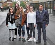 Informieren über Morbus Bechterew (von links): Giulia Bedin, Mara Tichelaar, Nele Zehne, Nathalie Wicki, Lia Lütholf und Martin Bucher, Kontaktperson für die Vereinigung Morbus Bechterew. (Bild: PD)
