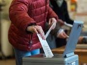 Bei der Abstimmung über das RTVG machten nur wenige Stimmen den Unterschied aus. Nachgezählt werden soll aber nicht (Archiv). (Bild: KEYSTONE/ALESSANDRO DELLA VALLE)