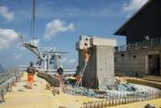 Gleichzeitiger Einbau von Bahntechnik und Betonarbeiten bei der Bergstation Stand. (Bild: Philipp Unterschütz)