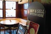 Bitcoin-Automat im Restaurant «Hörnli» in St. Gallen. (Bild: Gian Ehrenzeller/Keystone (St. Gallen, 14. Januar 2014))