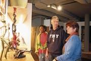 Doris Ineichen-Addo, Walter Mathys und Hison-Präsidentin Doris Schnyder (von links) begutachten Verkaufsware des Vereins. (Bild: Marion Wannemacher (Stans, 7. Februar 2018))