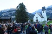Unzählige Schaulustige, darunter viele Fotografen und auch Schulklassen, bestaunen das Sonnenereignis bei der Kirche Elm. (Bild: Stefanie Nopper / Luzernerzeitung.ch)