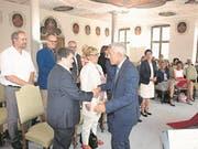 Obergerichtspräsident Albert Müller gratulierte allen zur Vereidigung. Hier Roland Bucher, Vize-Präsident der Schlichtungsbehörde. (Bild Kurt Liembd, Stans, 17. August 2017)