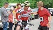 Startläufer Dominik Estermann schickt Andri Zgraggen auf die Bikestrecke.Bild: Paul Gwerder (Spiringen, 1. Juli 2017)