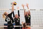 Der Volleyballmatch zwischen VBC Steinhausen (schwarz) gegen Raiffeisen Volley Obwalden (schwarz) fand in der anlage Sunnengrund in Steinhausen statt. Volleyas 10 Esther Rohrer (links) gegen Steinhausens 14 Sarah Strübin, 4 Vanessa Gwerder. Bild (Bild: Roger Zbinden (Steinhausen, 28. Oktober 2017))
