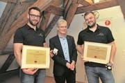 Die Geehrten Dominik Planzer (links) und Roman Schneider mit Urs Kälin. (Bild: Urs Hanhart (Altdorf, 23. 3. 2018))