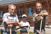 Albert (Bärti) Windlin (links) ist Älpler auf der Alp Stöckenmatt auf Melchsee-Frutt. Auf dem Bild ist er zusammen mit Enkel Matthias und Sohn Stefan. (Bild Primus Camenzind)