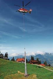 Der Kamov-Helikopter liefert die Masten für die Seilbahn Klewenalp-Stockhütte. (Bild: Corinne Glanzmann)
