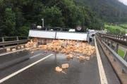 Der umgekippte Anhänger und die Ziegelsteine blockierten die Autobahn A4. (Bild: Kapo Schwyz)