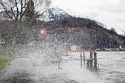 Der Sturm sorgte für wehende Haare und peitschendes Wasser. (Bild: URS FLUEELER (KEYSTONE))