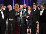 """Grosse Ehre für Miniserie: Die Verantwortlichen der Reihe """"The People v. O.J. Simpson"""" feiern ihre Emmy-Auszeichnung. (Bild: KEYSTONE/AP Invision/CHRIS PIZZELLO)"""