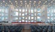 Schöne neue Arbeitswelten: Bei Roche in Rotkreuz gibt es einen multifunktionalen Esssaal (oben), niedliche Smileys, die die Ruhezonen markieren (Mitte), und auch die Möglichkeit zur Arbeit unter Bäumen. (Bilder: Dominik Wunderli (Rotkreuz, 1. Februar 2018))