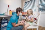 Hausbesuch: Vreni Truttmann von der Kinderspitex Zentralschweiz pflegt die sechsjährige Aimee-Lou. (Bild: Pius Amrein (Galgenen, 30. August 2017))