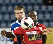 Luzerns Claudio Lustenberger (links) bewacht Sions 2:2-Torschützen Chadrac Akolo. Bild: Martin Meienberger/Freshfocus (Luzern, 21. September 2016)
