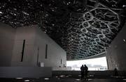Die beiden inhaftierten und wieder frei gelassenen Journalisten waren anlässlich der Eröffnung des Museums Louvre Abu Dhabi (im Bild) in die Vereinigten Arabischen Emirate greist. (Bild: Mahmoud Khaled / Keystone (11. November 2017))