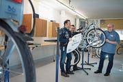 Werkstattleiter Roland Liem, Marco Fischetto und Oliver Rippstein (v. links) in den «Nextbike»-Räumen. (Bild: Corinne Glanzmann (Kerns, 14. März 2018))
