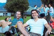 Dario Gritti (links) und Adrian Distel aus Luzern sind selbst begeisterte Kletterer. Gemeinsam mit Gleichgesinnten haben sie sich die Sportfilme in der Badi angeschaut. (Bild: Nadja Häcki/NZ, Buochs, 6. Juli 2017)