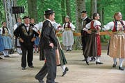 Die Trachtengruppe Engelberg bei ihrem Auftritt am Tanzsonntag der Trachtengruppe Alpnach. (Bild: Robert Hess (Alpnach, 23. Juli 2017))