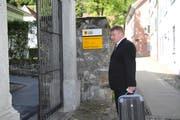 Ignaz Walker mit seinem Koffer auf dem Weg ins Gerichtsgebäude am Rathausplatz in Altdorf. (Bild: Carmen Epp (16. Mai 2017))