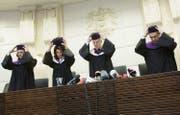 Richter des österreichischen Verfassungsgerichthofs kurz vor der Verkündung des Urteils. (Bild: Keystone/Lisi Niesner)