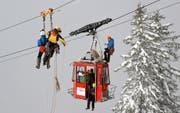 Die Rettungsspezialisten in luftiger Höhe am blockierten «Biel-Bähnli». Bild: Peter Stadler (Bürglen, 12. November 2016)