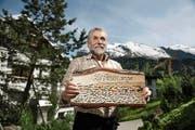 Wisi Scheuber zeigt stolz die Dankestafel, die er zu seinem Abschied erhalten hat. Im Hintergrund der Titlis. (Bild Corinne Glanzmann)