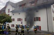 Im Gebäude des «Forum für Schweizer Geschichte» schwelt ein Brand. (Bild: Geri Holdener/ Bote der Urschweiz)