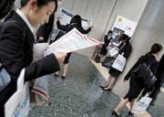 Junge Berufseinsteigerinnen an einer Job-Messe. (Bild: Yuya Shino/Reuters (Tokio, 20. März 2016))