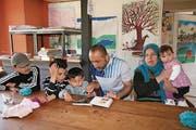 Die Familie von Jwana Mohamad Saleh Ali (Mutter) und Jallil Khallil Hamad (Vater) aus dem Irak hat in der Colorbox ein Stück zu Hause gefunden. (Bild: Marion Wannemacher / OZ (Sarnen, 30. März 2017))