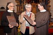 Redaktorin Marita Haller-Dirr (Mitte) übergibt die ersten beiden Bücher Frau Mutter Sr. Sabine (rechts) und Verwalterin Sr. Miryam. (Bild: Romano Cuonz)