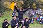 Meisterschütze Hans-Peter Bucher aus Ennetbürgen wird gefeiert (Bild: Urs Hanhart)