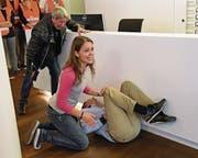 Die Übung wirkt echt: Ein Kunde liegt getroffen am Boden, weil sich bei einem Gerangel ein Schuss aus der Pistole eines ausrastenden Mannes gelöst hat. (Bild: Robert Hess (Sarnen, 27. September 2017))