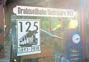 Eine Tafel bei der Talstation macht bereits jetzt auf das bevorstehende 125-Jahr-Jubiläum der Stanserhornbahn aufmerksam. (Bild: Corinne Glanzmann/NW, Stans, 22. August 2017)