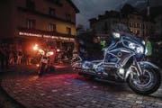 Die sechs schönsten Motorräder wurden auf dem Dorfplatz um den Brunnen herum aufgestellt. (Bilder: Izedin Arnautovic (Engelberg, 23. Juni 2017))