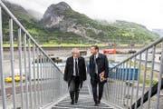 Urban Camenzind (links) und Beat Jörg schreiten zuversichtlich zur Neat-Eröffnung. (Bild: Keystone/Alexandra Wey)