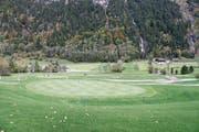Vor gut zwei Monaten lag noch Geröll auf Teilen des Golfplatzes Engelberg . Jetzt ist alles wieder grün. (Bilder: Oliver Mattmann (31. Juli 2017)/PD (4. Oktober 2017))