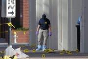 Mitarbeiter des FBI untersuchen den Tatort, an dem der Heckenschütze Mica Johnson zwölf Polizisten in Dallas getötet hat. (Bild: Ralph Lauer / EPA)