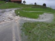 Im Kanton St. Gallen sind wegen des starken Dauerregens viele Strassen unterbrochen. Sie gleichen derzeit eher kleinen Flüssen. (Bild: Kantonspolizei St. Gallen)