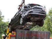 Das Auto wurde beim Absturz massiv beschädigt. (Bild: Geri Holdener)