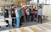 Stefan Kneubühler von der Gotthard Holzbau GmbH stellte den Schülern den Beruf des Zimmermanns vor. (Bild: Robi Kuster (Flüelen, 19. Oktober 2017))