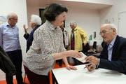 Nach seinem Vortrag in der Kantonsschule Sarnen signiert Angelo Garovi sein neues Büchlein «Obwaldner Flurnamen». (Bild Robert Hess)