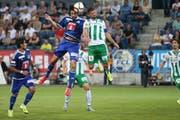 FCL-Innenverteidiger Tomislav Puljic (in der Luft links) im Kopfballduell mit St. Gallens Albert Bunjaku (links FCL-Stürmer Dario Lezcano). (Bild: Philipp Schmidli / Neue LZ)