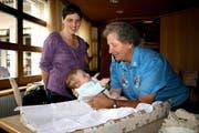 Hebamme Verena Matter (rechts) kontrolliert die Entwicklung der siebenwöchigen Luisa. Sie ist das vierte Kind von Vreni Blaser-Matter. (Bild Marion Wannemacher)