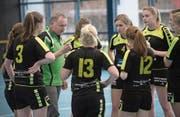 Die Menznauerinnen mit Coach Edgar Wicki (grünes Shirt) haben einiges zu besprechen. (Bild: Boris Bürgisser (Luzern, 26. November 2017))