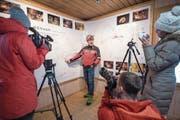 Oben: Einsatzleiter Franz Auf der Maur von Speleo-Secours Schweiz erklärt den Medien das Höhlensystem des Höllochs. Unten: Schlafen im Biwak auf einer Hölloch-Exkursion. (Bilder: Urs Flüeler/Keystone (Muotathal, 22. Januar 2018), Archivbild Philipp Schmidli (29. Januar 2011))