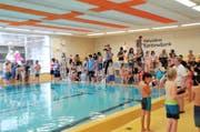Nidwaldner Primarschüler messen sich an einem Schwimmwettkampf im Pestalozzi-Hallenbad.Bild: Matthias Piazza (Stans 2. März 2016)